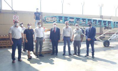 Autoridades y las primeras 10 toneladas de arroz procedente de nuestro país. Foto: Gentileza