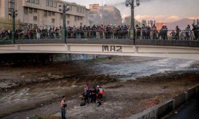 """La caída del menor se produjo tras un """"forcejeo"""" con un carabinero durante una manifestación en Chile. Foto: Chile"""