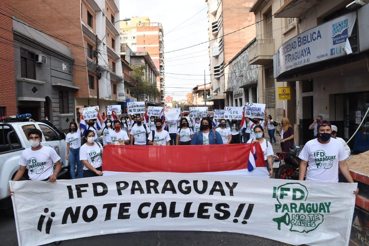 Los manifestantes frente al MEC. Foto: Radio Uno