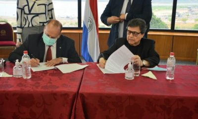 Oscar Salomón y Euclides Acevedo firmando el polémico acuerdo con campesinos. Foto: Senado.