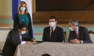 Oscar Llamosa firma decreto de nombramiento frente al presidente Mario Abdo. Foto Gentileza