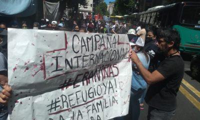 Manifestantes llegan al consulado paraguayo en Buenos Aires esta mañana. Foto: Gentileza