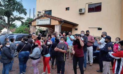 Decenas de personas esperaron la liberación del manifestante Marcelo Martínez, detenido en la protesta contra el senador Blas Lanzoni. Foto: Gentileza