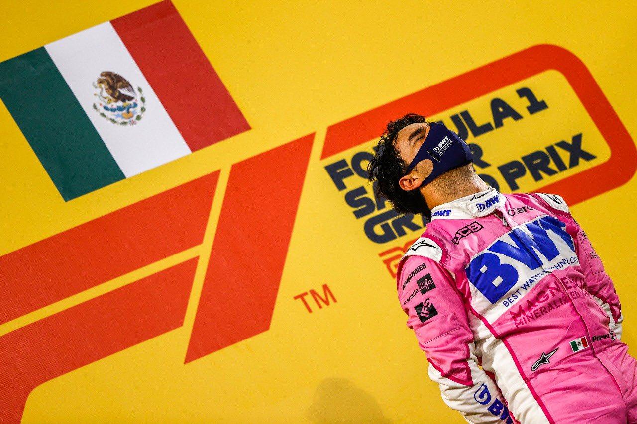 Sergio Pérez se subió a lo más alto del podio para hacer sonar el himno de México en la F1 por primera vez en más de medio siglo. Foto: @SChecoPerez.