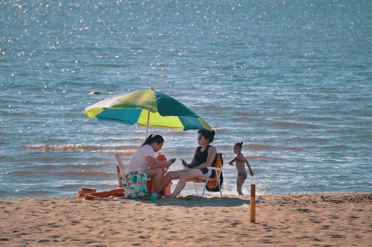Las playas encarnacenas están abiertas en un sistema de burbujas sociales aprobado por el Ministerio de Salud. Foto: Gentileza