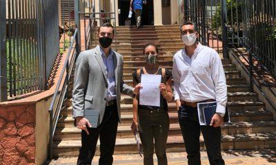 Bruno Zanotti (izquierda), Matu Peralta (centro) y Edison Ortiz (derecha) en las afueras del Ministerio de Salud Pública y Bienestar Social. Foto: @bzeta7.