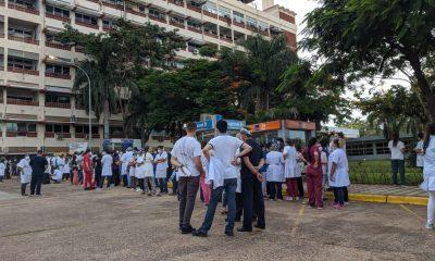 Manifestación de médicos en el Hospital Central del IPS. Foto: Gentileza.