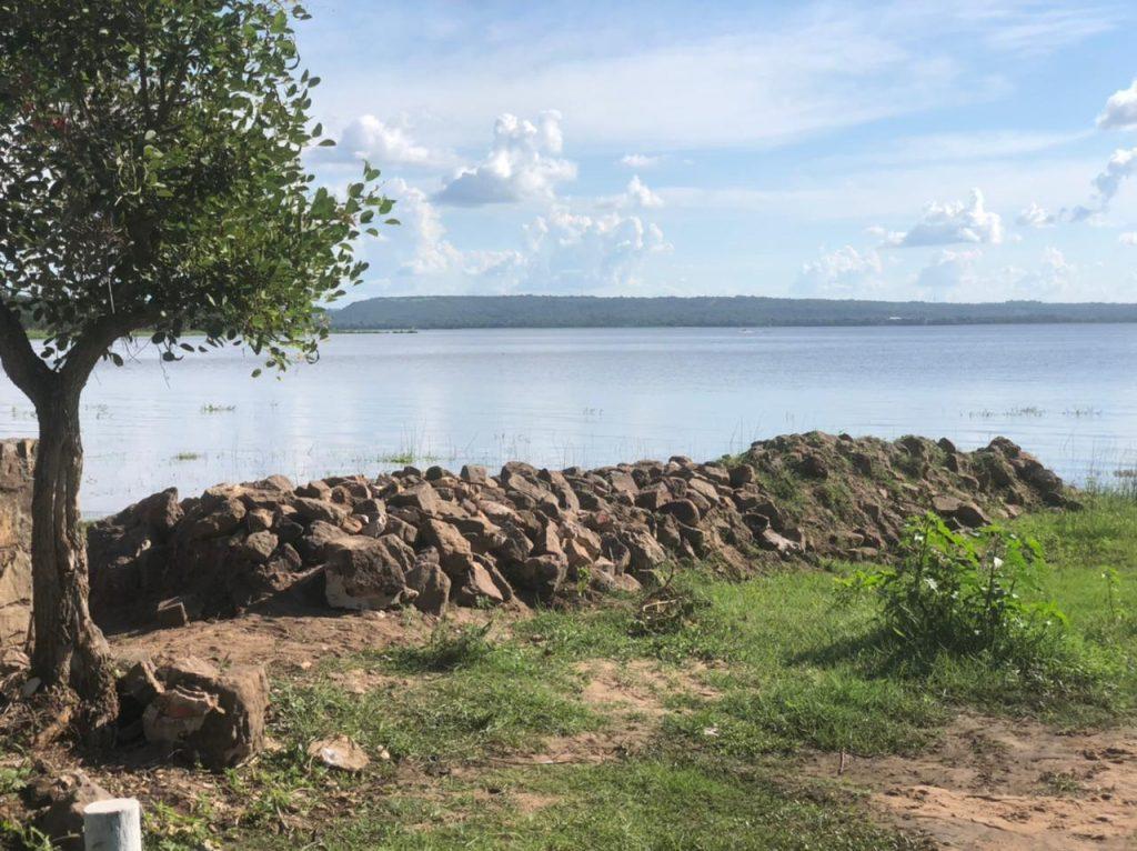 Montículo de piedra hacia el sector de la playa.