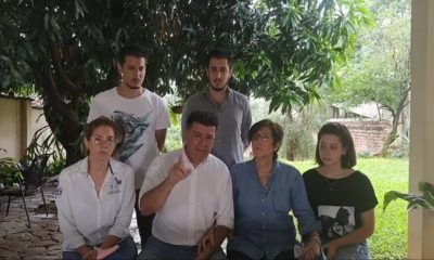 Rodeado de su familia, Efraín Alegre informó que acataría la orden de prisión de la jueza Cynthia Lovera. Foto: Captura de pantalla