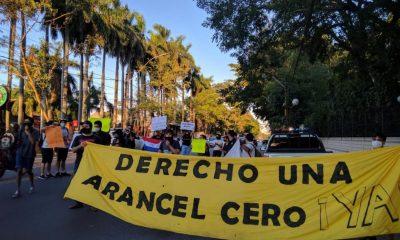 Varios movimientos estudiantiles coincidieron este martes frente a Mburuvicha Róga contra la reglamentación de la Ley de Arancel Cero de Mario Abdo Benítez. Foto: SDN