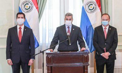 El excanciller, Federico González; el presidente Mario Abdo Benítez y el extitular de Itaipu, Ernst Bergen. Foto: Gentileza.