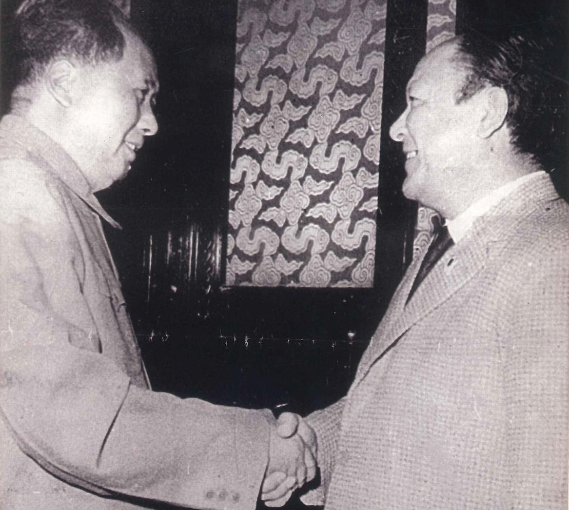 Flores, en su carácter de miembro del Consejo Mundial de la Paz, con el líder chino Mao Ze Dong, Beijing, 1959