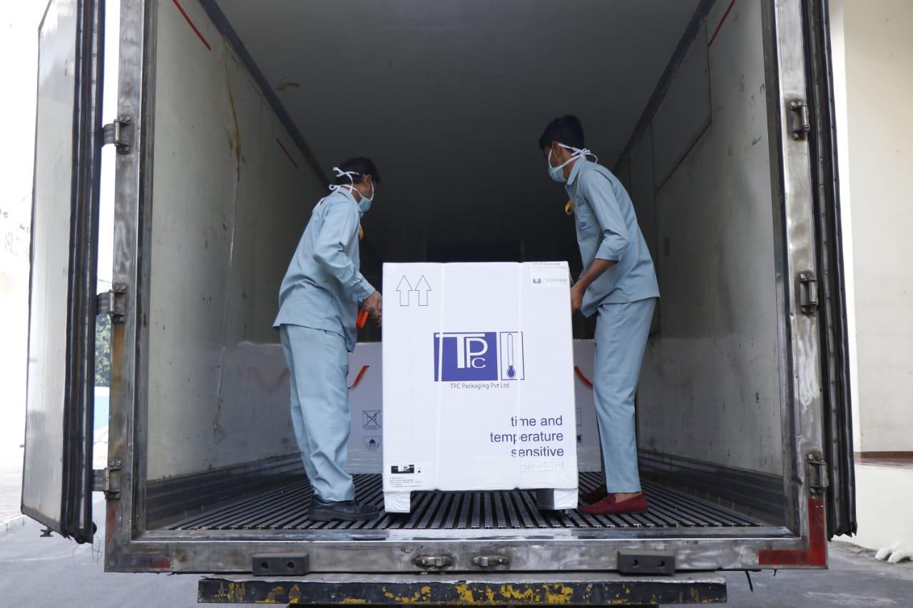 La OMS del sudeste asiático tuiteó fotos de los primeros envíos cargados en un camión en las instalaciones de fabricación de Serum en Pune. Foto OMS / Twitter