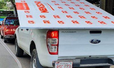 Camioneta sin logo de la Municipalidad de Asunción trasladando cartelería de campaña del Intendente. Foto: Twitter
