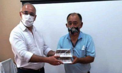 El doctor Carlos Barreto entregando las ampollas a Don Joel Oviedo. Foto: Gentileza.