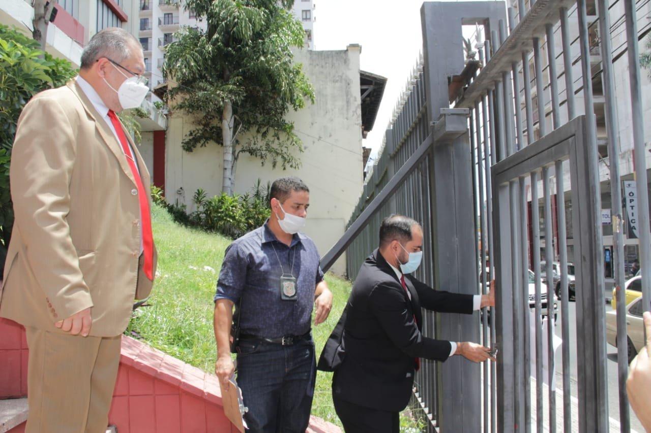 Presidente del TEP ,Dr.Santiago Brizuela procede a el lacrado de portones de la Junta de Gobierno