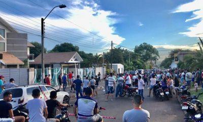 Los manifestantes frente a la vivienda de la ciudadana extranjera. Foto: Gentileza