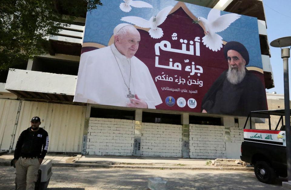 Una valla publicitaria muestra retratos del papa Francisco y el gran ayatolá Ali Sistani en Bagdad el 3 de marzo de 2021