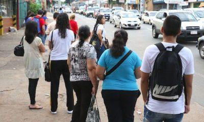 Cientos de usuarios sufren diariamente a causa de la falta de buses del transporte público. Foto: Radio 1.000
