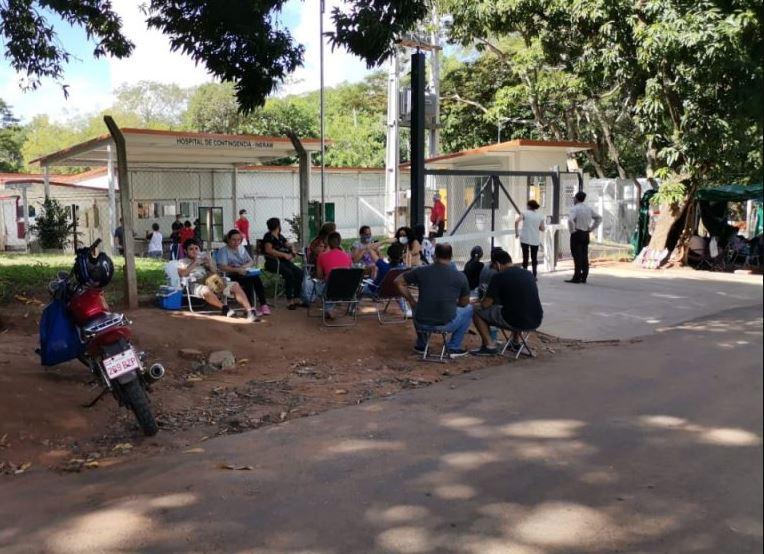 Familiares de pacientes con coranavirus frente al Ineram. Foto: Internet.