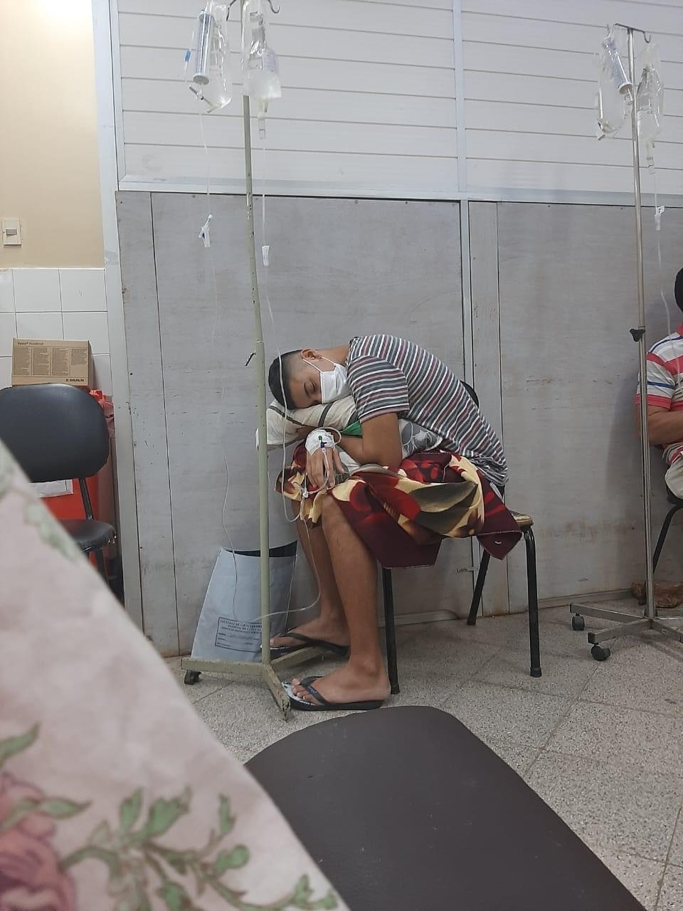 Esta imagen se hizo viral en redes sociales, donde muestra como se encuentran los pacientes esperando por una cama en el Hospital de Clínicas.