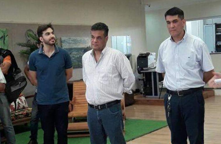 El abogado Juan Manuel Ayala (de chomba azul), sobrino de Robert Acevedo, jurará mañana en reemplaza del legislador fallecido por Covid-19. Foto: Twitter,