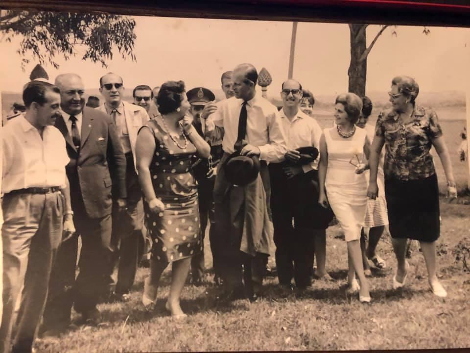 El entonces Duque de Edimburgo visitó Paraguay en 1962. Entre sus recorridos esta un día de campo en la Estancia San Buenaventura, en Itacurubi de la Cordillera. Foto: Familia Rolón.