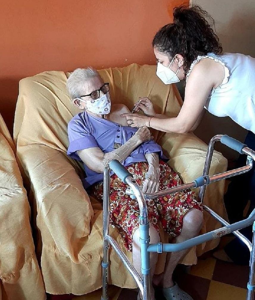 Vacunación a adultos mayores. Foto: Gentileza.