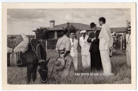 En la Compañía Liebig el Príncipe fue recibido por Peter y Bruce Carlisle, Michael Hughes, Patrick Vigors y Eric Evans. Foto: Archivo de la Liebig.