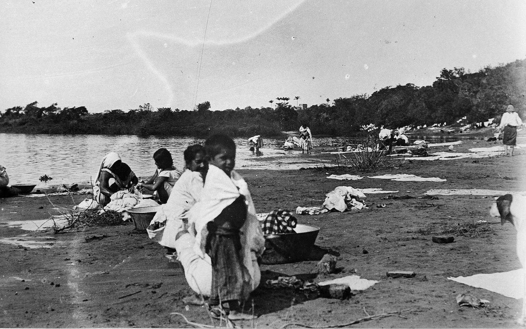 El trabajo de las lavanderas en las costas del río Paraguay, en arroyos, manantiales y fuentes, fue prohibido. Foto: Auguste François, 1895. Cortesía Asociación Auguste François.