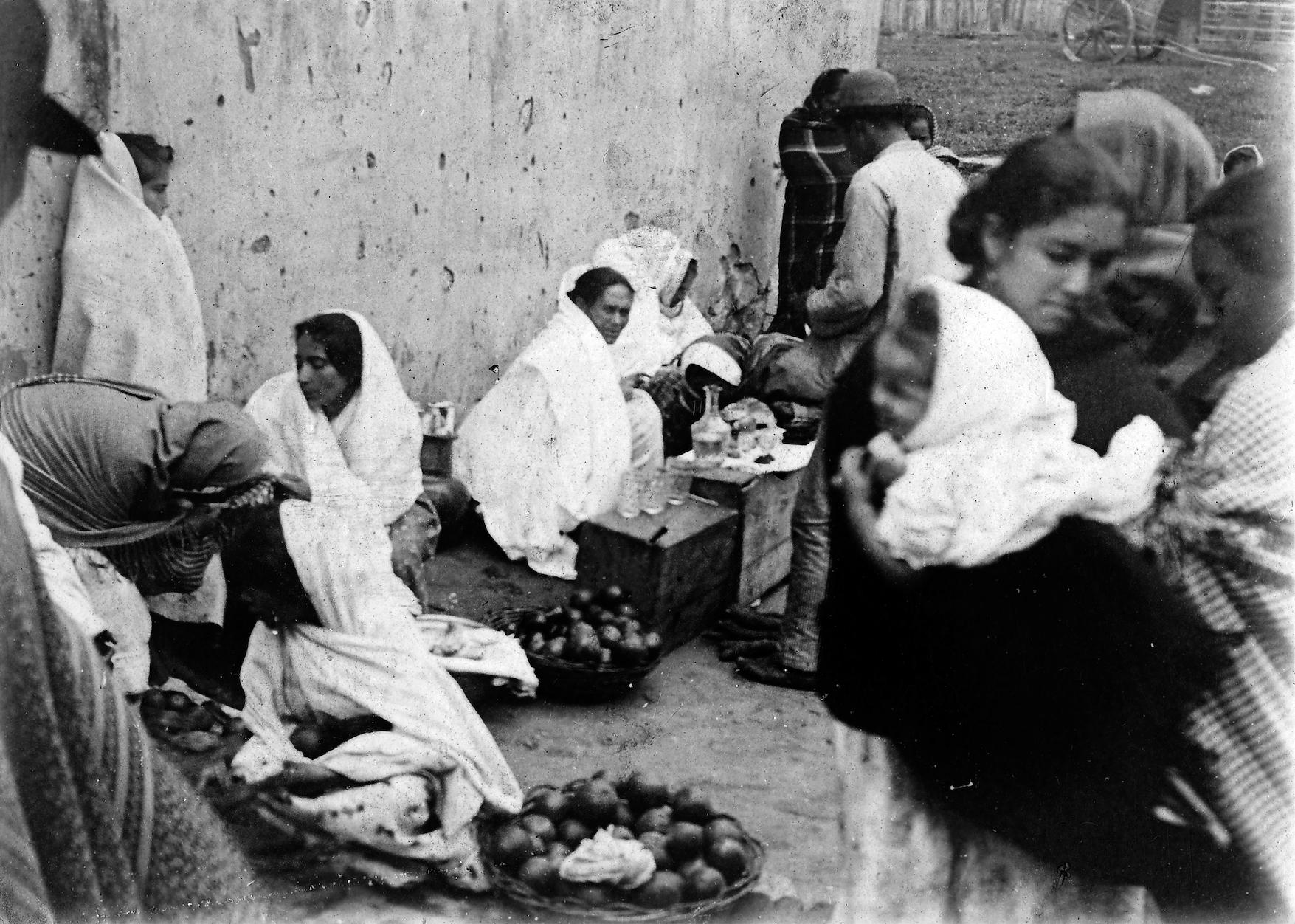 En los mercados, también las vendedoras sufrieron las restricciones. Foto: Auguste François, 1895. Cortesía Asociación Auguste François