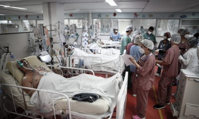 Personal médico trabaja en la UCI del Hospital de M'Boi Mirim, en un suburbio de San Pablo, Brasil. Foto: FERNANDO BIZERRA.