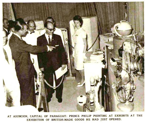El Príncipe en la exhibición de productos británicos. El Príncipe no desaprovechó la oportunidad para promocionar la venta de ventiladores y heladeras británicas (una novedad para muchos en la época).