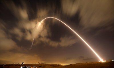 El sistema antimisiles israelí, conocido como Cúpula de Hierro, intercepta un misil lanzado desde Gaza sobre los cielos de Sderot. Foto: El País.