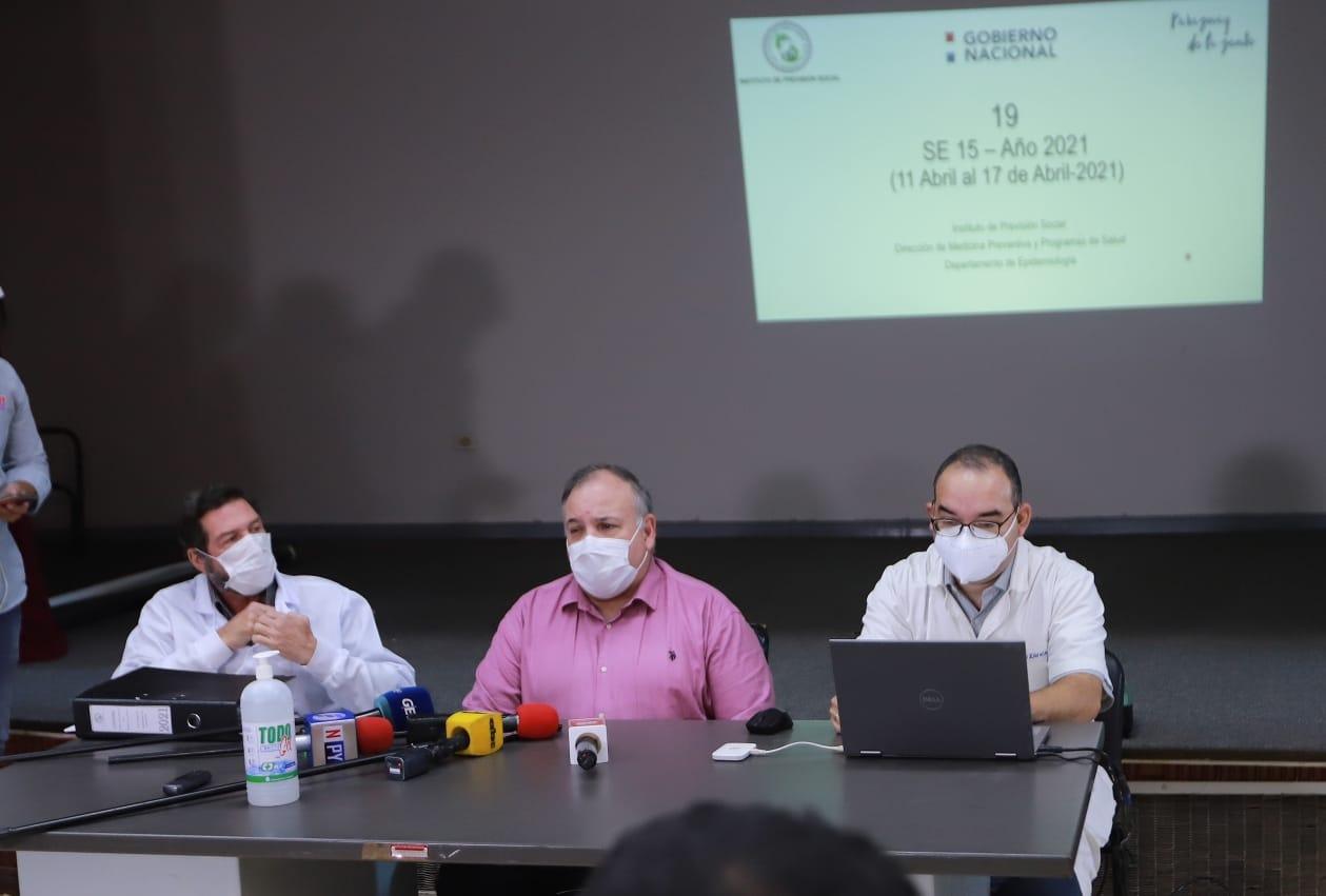 Dr. Jorge Batista, gerente de Salud, Óscar Franco, director médico IPS-Central y Nicolás Evreinoff, de la Dirección de Medicina Preventiva. Foto: Gentileza.