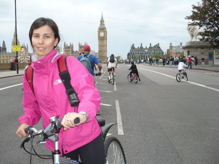 Mariana en bicicleta. Foto: Gentileza