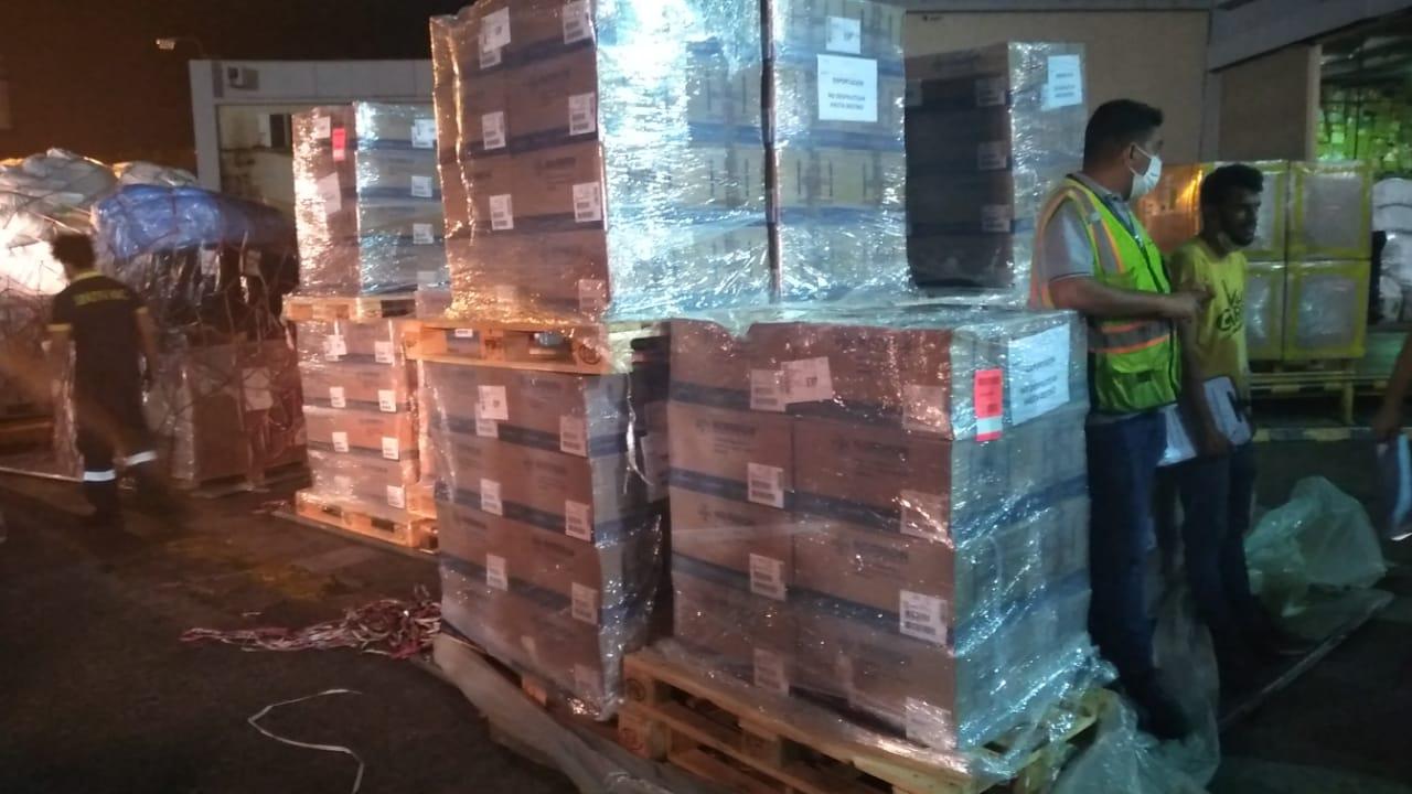 Los medicamentos arribaron al país en la noche de ayer. Foto: TW