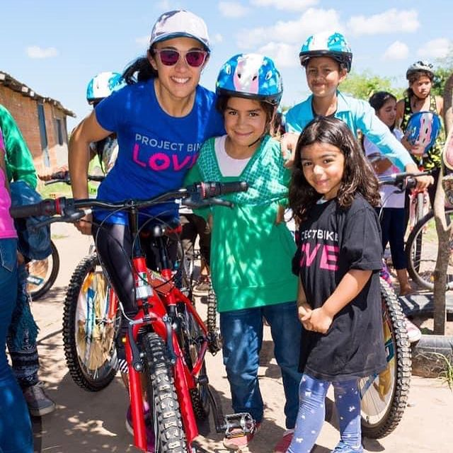 Belén con Martina, una de las embajadoras más jóvenes de Project Bike Love. Foto: Instagram PBL