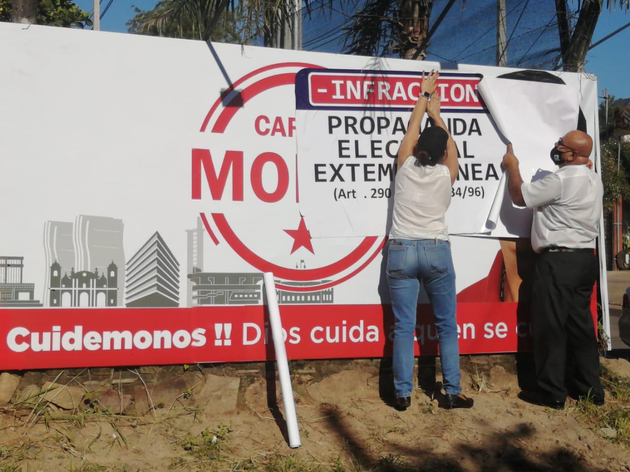 Retiran propaganda electoral fuera de tiempo. Foto: Radio 1020 AM.