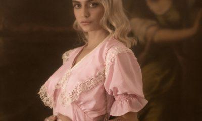 """""""La primera Ola """" Colección Otoño 2021.Vestidito de seda fría rosa con rayitas crema y un cuello desmontable con bordes de encaje vintage de los años 20. Foto: Negib Giha."""