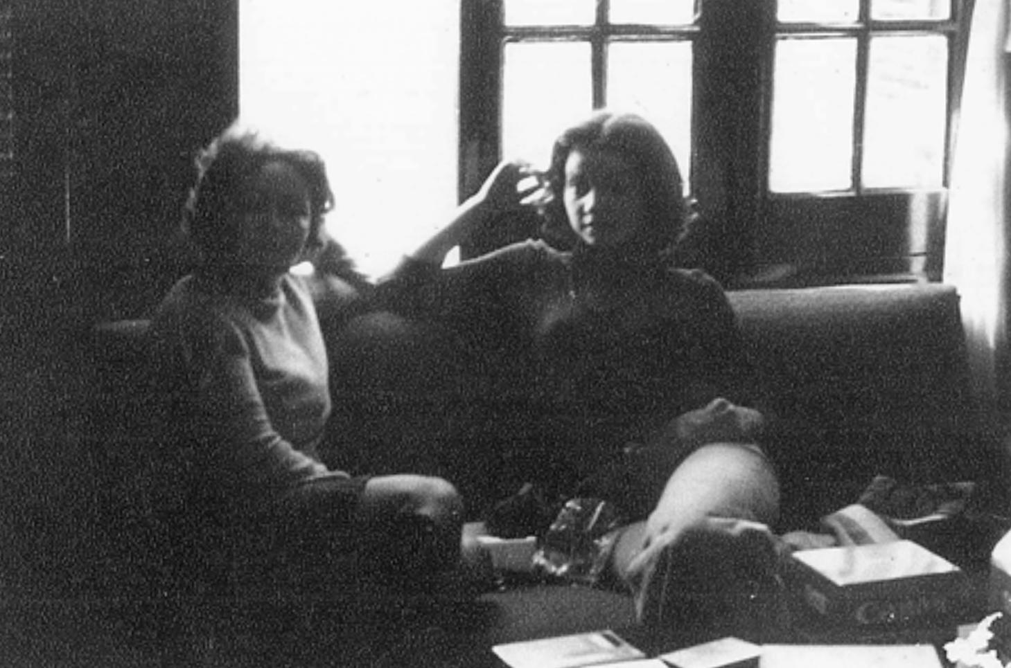 Teresa Gill de Chase y Raquel Rojas