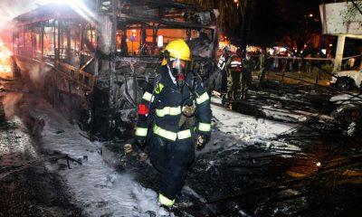 Personal de los servicios de emergencia israelíes alrededor de un autobús quemado en la ciudad de Jolón. Foto: El País.