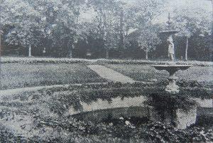 Fuente y acceso principal, 1921. Revista Municipal