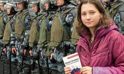 Olga Mísik posa con una copia de la Constitución rusa frente a policías antidisturbios en una manifestación en Moscú en el 2019. Foto: AFP.