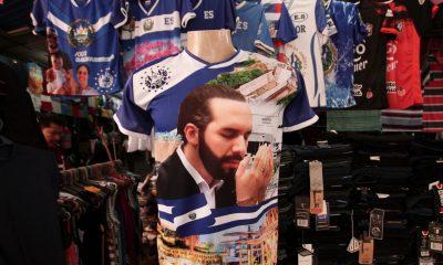 Una camiseta con una imagen de presidente Nayib Bukele en un mercado en San Salvador, Foto: AP