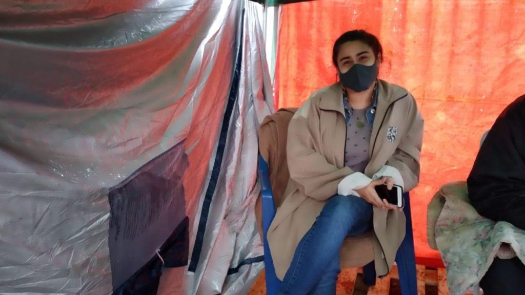 Celeste Báez espera sola en las afueras del INERAM a que su madre se recupere del Covid-19.