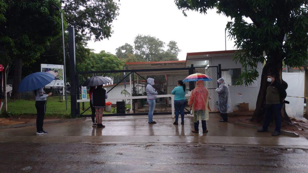 Llueva o salga el sol, los familiares permanecen en las carpas alrededor del hospital de INERAM. Fotos: Florencia Vallejos.