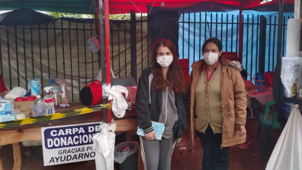Algunas de las madres e hijas que pasan sus días en las carpas a las afueras del INERAM. Foto: Florencia Vallejos.