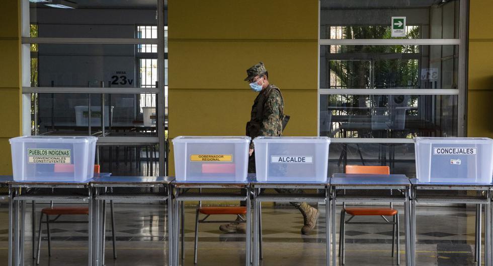 Un soldado camina cerca de la mesa de votación en la escuela de la República de Siria en Santiago (Chile). Foto: trome.com.cl