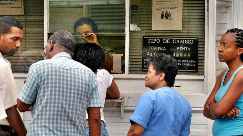 Turistas extranjeros no podrán usar dólares en los bancos de Cuba para obtener moneda local.